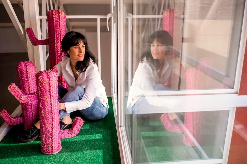 Imagen de Virginia González de Pietrasanta Decor posando y viendo su reflejo en un cristal