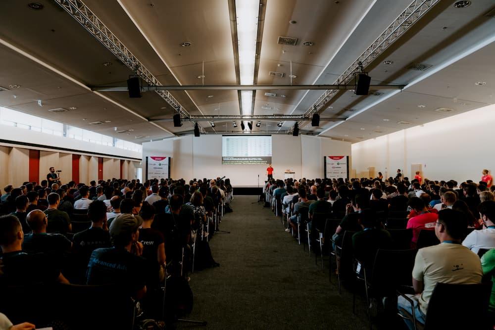 Imagen de la WordCamp Europe en berlín, donde un embajador de marca representa a empresas del sector del hosting