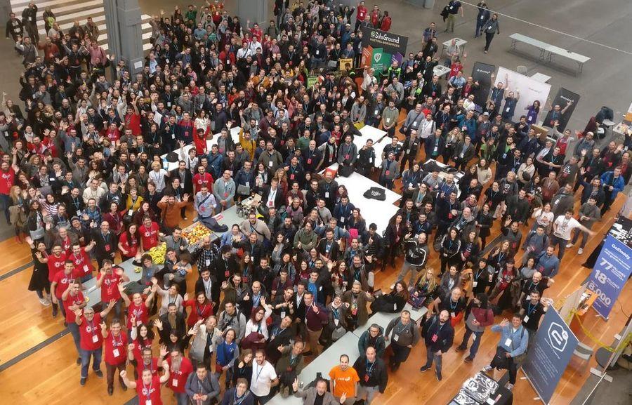 Imagen de la foto de familia en la WordCamp Madrid 2019, con rodos los asistentes