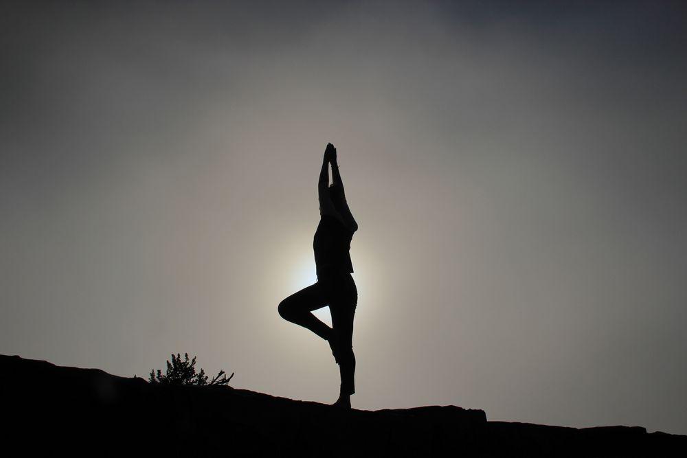 Imagen de cómo aumentar la productividad haciendo deporte, como el yoga.