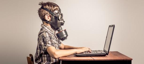 Buscar en un ordenador con mascara para cuidarse de los peligros webhosting