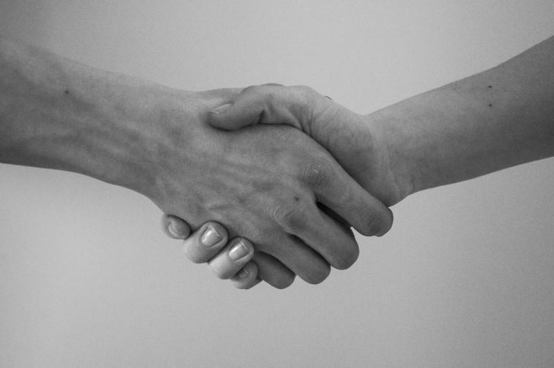 Imagen de un apretón de manos, señal de acuerdo que satisface las expectativas de los clientes