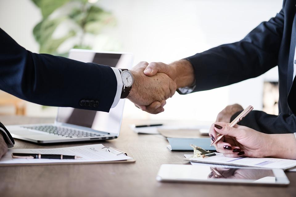 Las ventas online suponen un gran número de acuerdos entre empresas y particulares, a veces rpevio apretón de manos para certificar el acuerdo