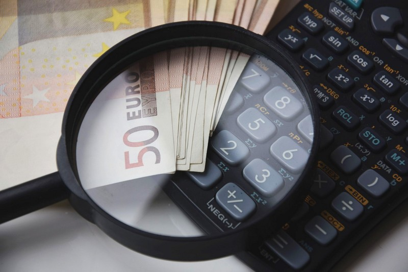 Imagen de varios billetes encima de una calculadora