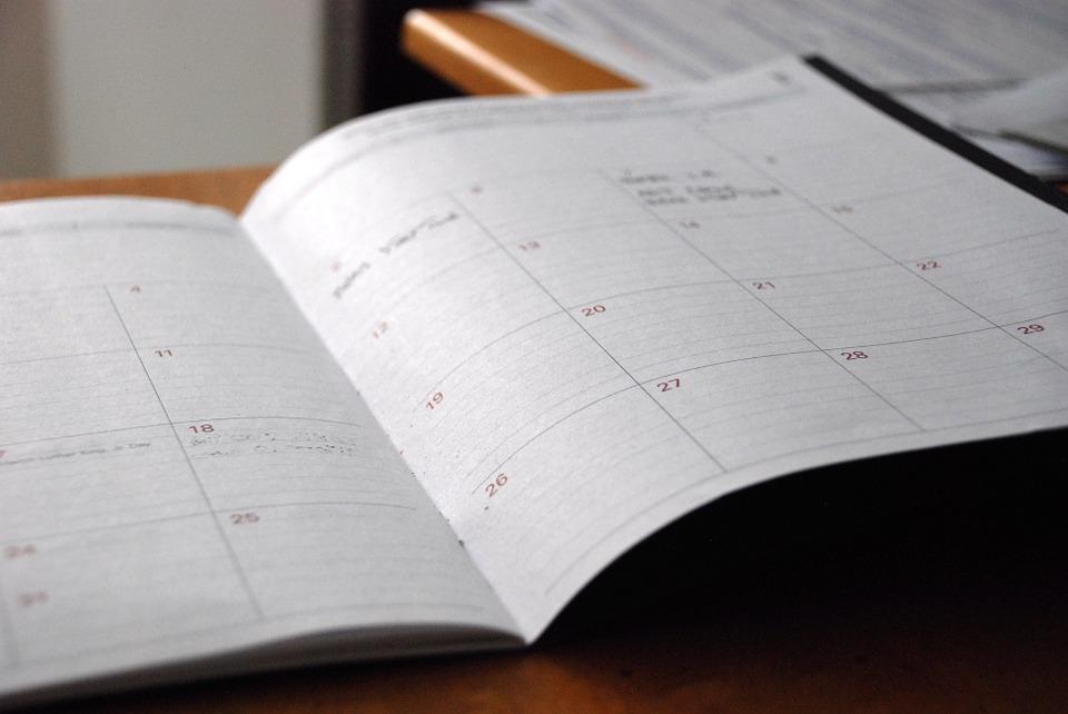 Imagen de un calendario abierto en un cuaderno