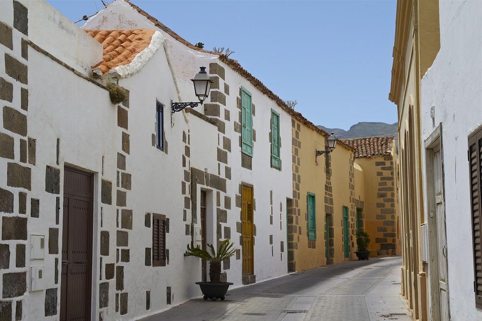 Imagen de una calle con varias casas pegadas