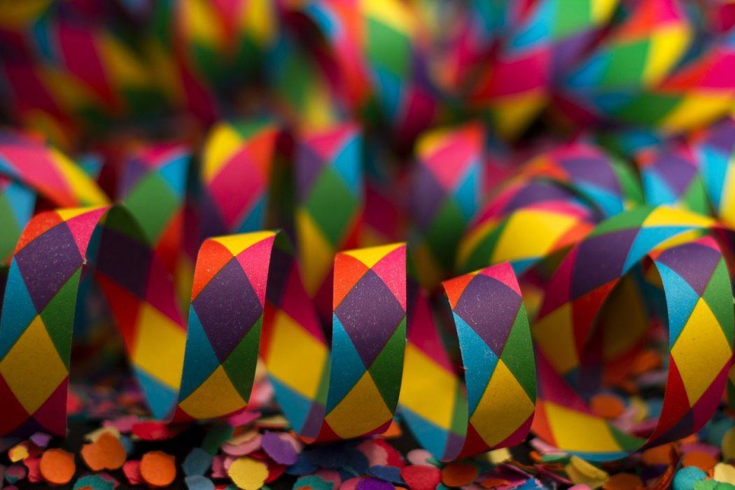 Imagen de cinta de colores usada para distintas fiestas, como el Carnaval