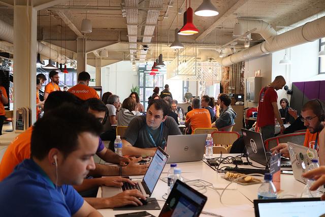 Mucha gente colaborando en el Contributor Day en la WordCamp Madrid 2018