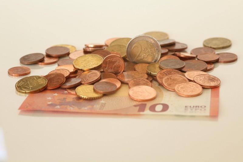 Imagen de varias monedas y un billete de 10 euros