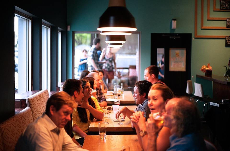 Imagen de varias personas mostrando cómo hacer networking empresarial