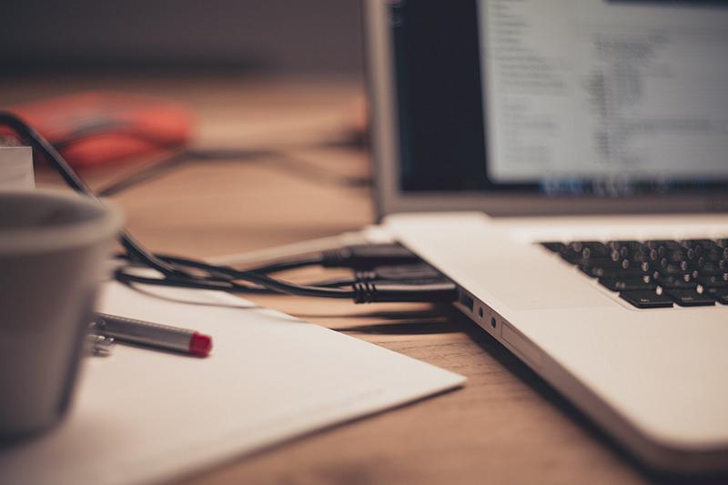 Imagen de un portátil como herramienta de gestión de proyectos