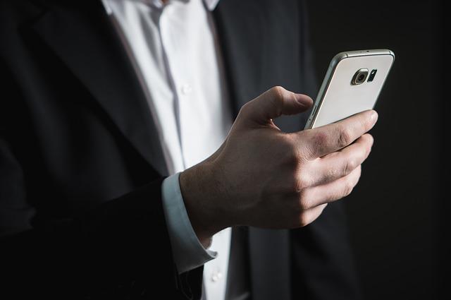 Imagen de un hombre mirando su móvil consultando el correo electrónico