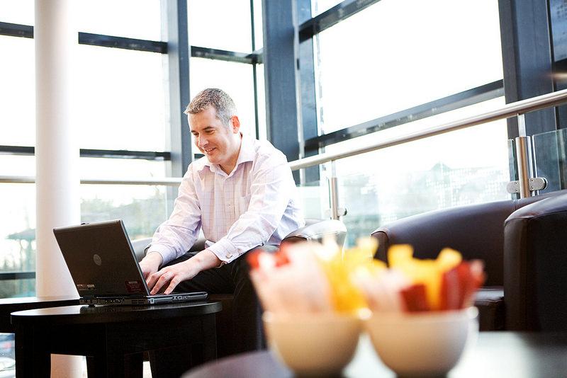 Imagen de un hombre trabajando con un portátil