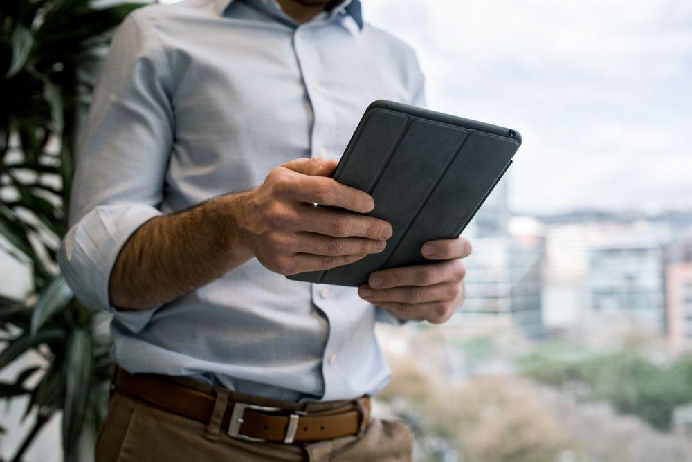 Imagen de un hombre usando una tablet, consultando su correo en Microsoft Office 365