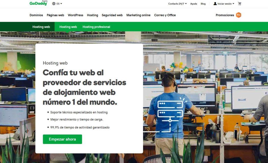 Imagen de los planes de hosting web que ofrece GoDaddy en su página web, donde se muestra el uptime como factor para valorar la mejor empresa de hosting del mercado