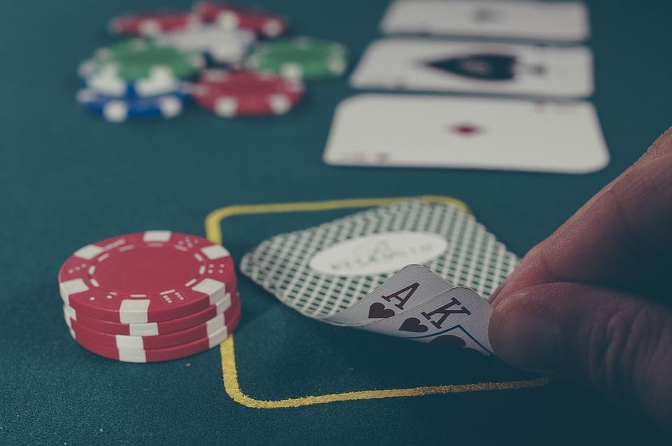 Imagen de una persona enseñando la mano de poker que tiene en una partida