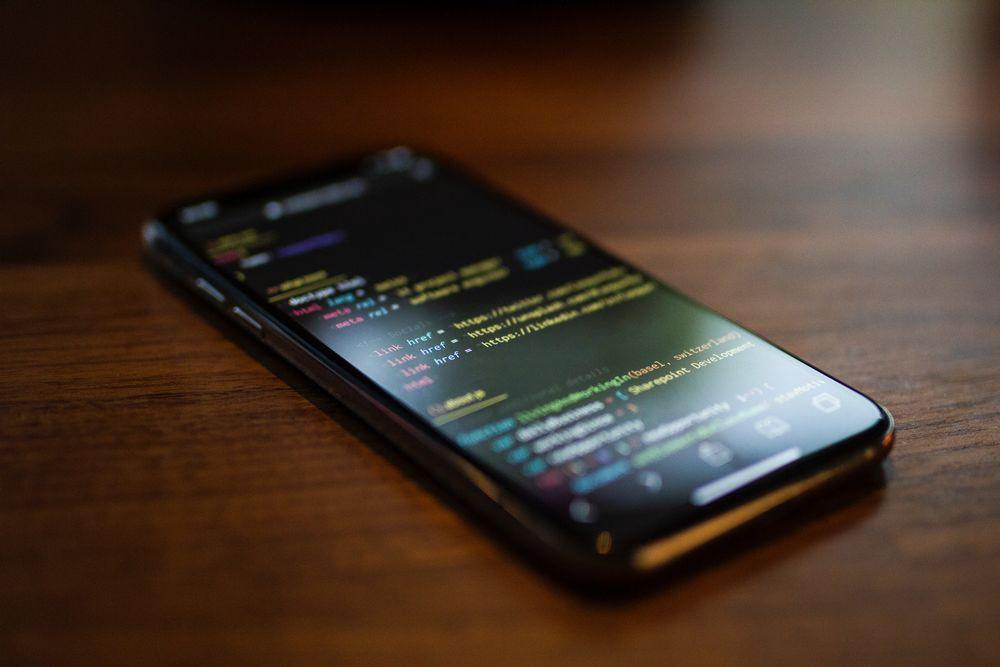 Imagen de un móvil preparando una web responsive, para conseguir visitas adicionales