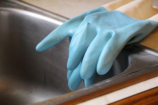 limpiar contenido guantes azules