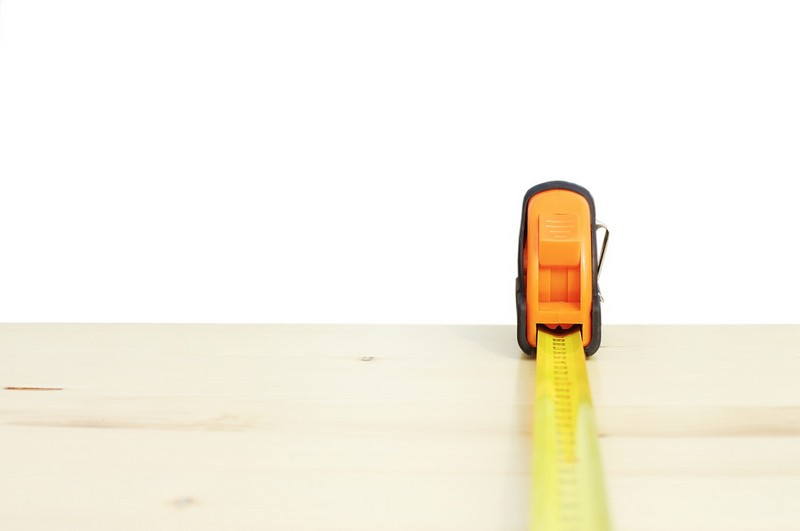 Un metro extendido sobre una mesa para medir