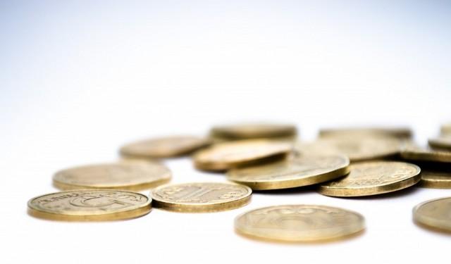 Conjunto de monedas en una superficie blanca