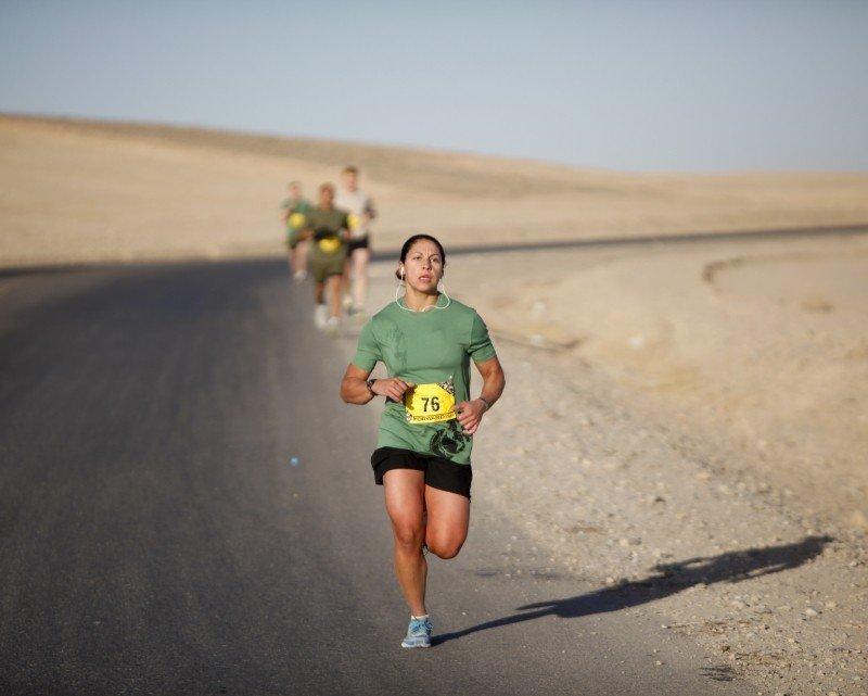 Imagen de una mujer corriendo una prueba en el desierto