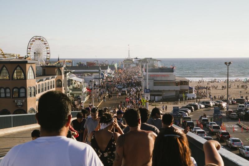 Imagen de una multitud de gente en torno a una fiesta en una playa