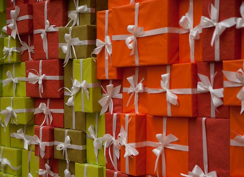 Imagen de varios paquetes juntos emulando un regalo de bienvenida para los clientes