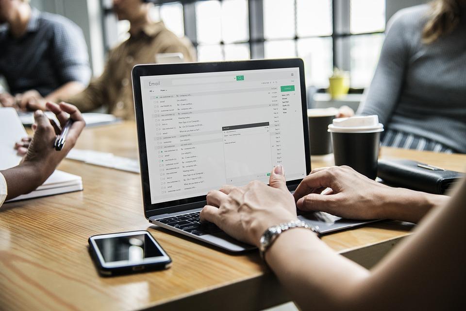 Imagen de una persona enviando un correo electrónico usando un portátil