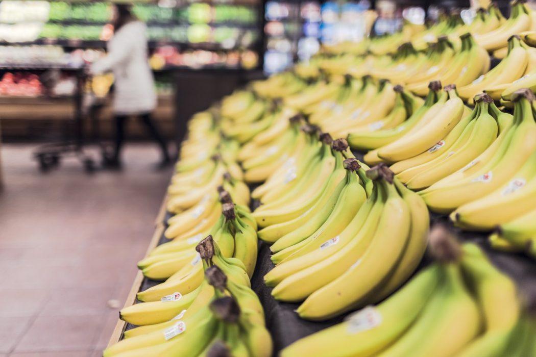 Imagen de muchos plátanos colocados en un supermercado