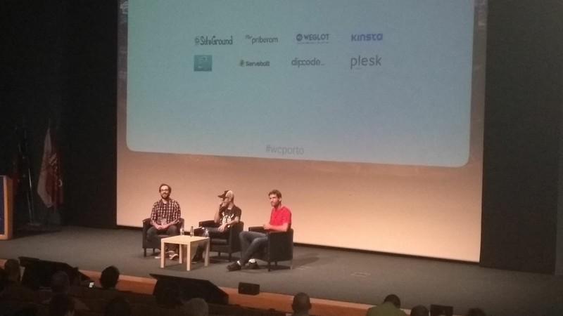 Imagen de la mesa redonda del equipo de WooCommerce en WordCamp Porto 2018