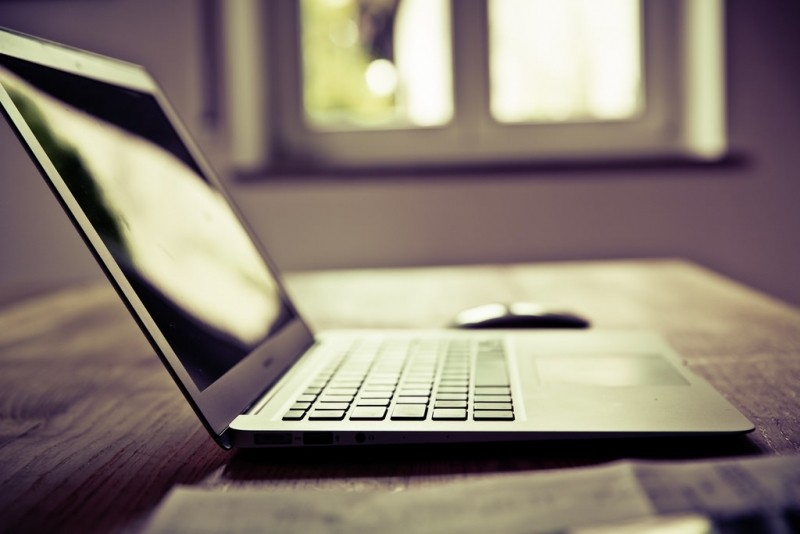 Imagen de un portátil encima de una mesa