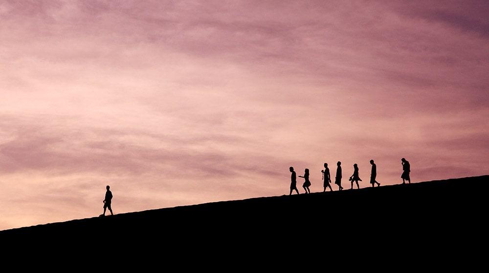 Personas siguiendo a un líder