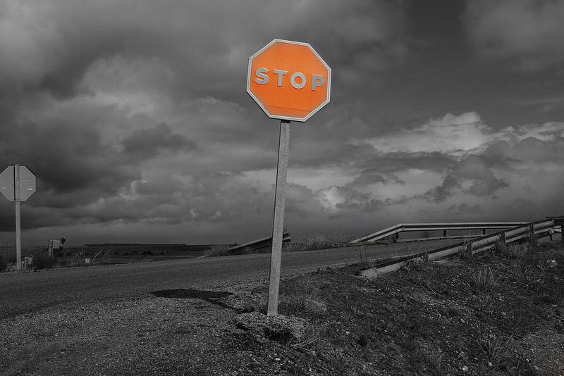 Imagen de una señal de STOP, a modo de parábola para que tus clientes no pulsen el botón de cancelar suscripción