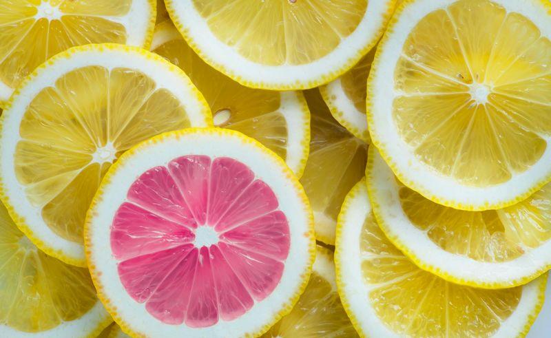 Imagen de varias rodajas de limón amontonadas