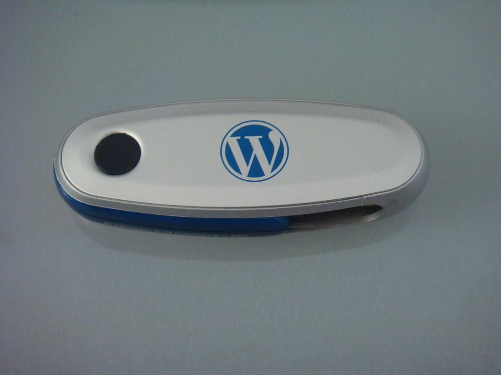 Imagen de un pincho USB con el logo de WordPress
